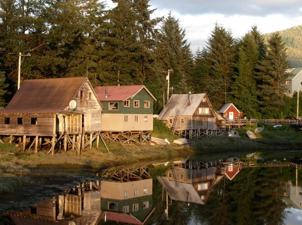 Petersburg, ein blühendes Fischerdorf. Alaskas Städte und Dörfer zeigen Einflüsse russischer und norwegischer Geschichte, des Goldrausches sowie einheimischer Kultur mit Totempfählen und Holzschnitzereien.