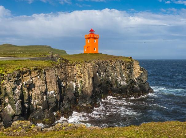 Die wunderschöne Küstenlandschaft der Insel Grimsey, Island. Unsere Expeditionsreise bietet Ausflüge zu einer Vielzahl von Inseln, Städten und Siedlungen, spektakuläre Ausblicke und interessante Orte, in Begleitung unserers kompetenten Expeditionsteams.