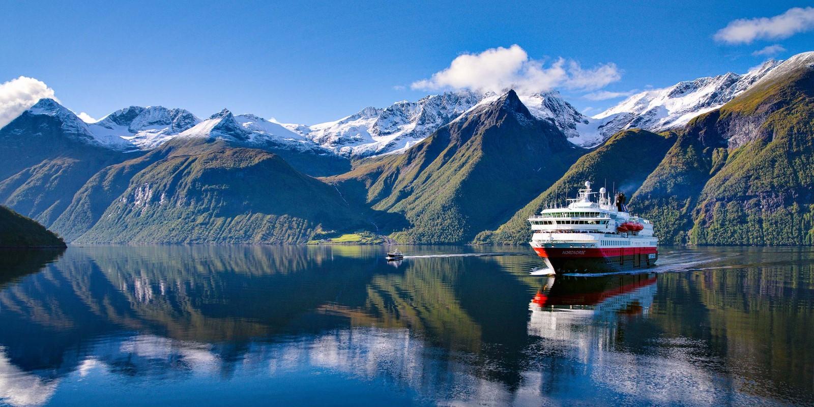 In autumn we sail Im Herbst fahren wir in den schönen Hjørundfjord