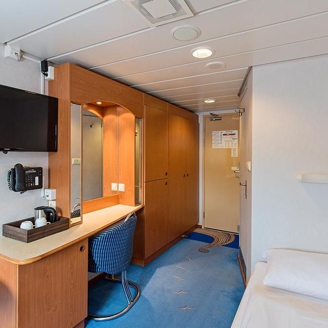 Ein Schlafzimmer mit einem Bett und einem Schreibtisch in einem Zimmer