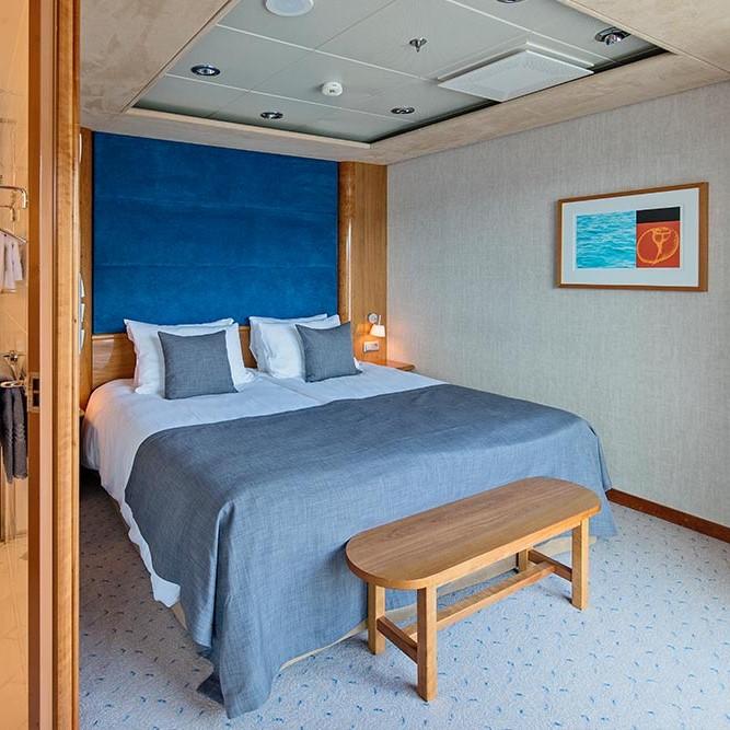 Ein Schlafzimmer mit Schreibtisch und Stuhl in einem Zimmer